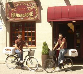 El restaurante Cambalache de Pontevedra añade otra bicicleta para el reparto a domicilio