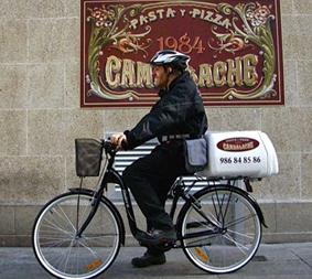 La primera bicicleta de reparto en Pontevedra